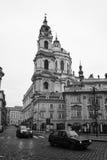 老布拉格街道。圣尼古拉大教堂。 库存照片
