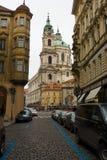 老布拉格街道。圣尼古拉大教堂 库存照片