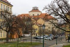 老布拉格街道。在音乐背景捷克博物馆。 免版税库存图片