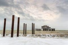 老布赖顿西部码头的废墟的大气和喜怒无常的长的曝光照片在布赖顿,东萨塞克斯郡 库存图片