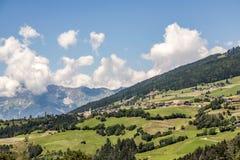 从老布雷内街道对tyrolean山的B 182的看法和 库存照片