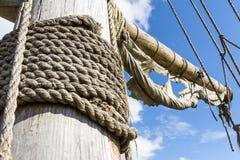老帆柱和帆船的褴褛索具 库存照片