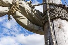 老帆柱和帆船的褴褛索具 免版税库存照片
