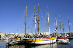 老帆船在马赛旧港口靠了码头  免版税库存图片
