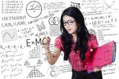 老师写算术和科学惯例 免版税库存图片