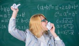 老师吃纸吸收信息 立即可食的老师她的文书工作 妇女老师吃被弄皱的片断  库存图片