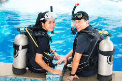 老师和学生在潜水学校 免版税库存照片