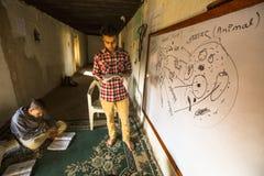 老师和学生教训的在Jagadguru学校 免版税库存照片