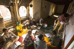 老师和学生教训的在Jagadguru学校 免版税图库摄影