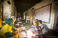 老师和学生教训的在Jagadguru学校 库存图片