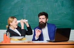 老师和学生检查的 回到学校 正规教育 生意人和秘书 文书工作 3d背景镜象人寿保险业白色 免版税库存照片