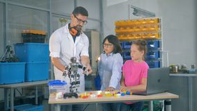 老师在技术科学类显示孩子机器人