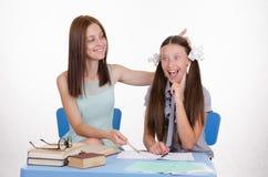 老师帮助学生了解任务 免版税库存照片