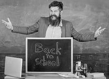 老师开始研究和得到教育的有经验的教育家欢迎新的入学者 庆祝天知识 库存照片