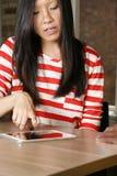 老师或使用iPad的女性创造性的教的学生 免版税库存照片