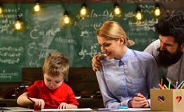 老师投入标记送在电子邮件的反馈与便携式计算机,学生也许得到在几乎每个主题的辅导 图库摄影