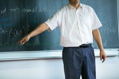 老师教的数学,当指向黑板时 库存图片