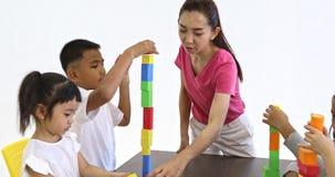 老师演奏与学生的五颜六色的木块 影视素材