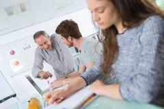 老师解释的学生在教室 库存照片