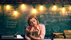 老师读在学校课程的一本书 老师为教训做准备 概念了解 股票视频