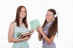 老师给学生一个笔记本 免版税库存图片