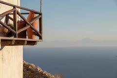 老希腊议院的美好的夏天大阳台视图爱琴海和斯波拉泽斯群岛的在Alonissos希腊海岛,古老Gr上 图库摄影