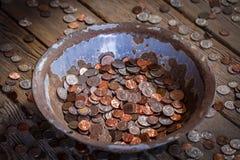 老平底锅充满硬币 免版税库存图片