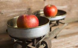 老平衡用苹果 免版税图库摄影