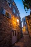老平衡的布德瓦的狭窄的街道在黑山 图库摄影