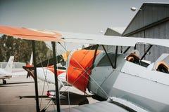 老平面驾驶舱细节在机场的 免版税库存照片