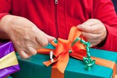 老年人换行或打开礼品 库存图片