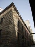 老建筑大厦射击在街道里面的 免版税库存图片