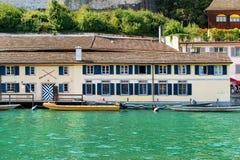 老建筑学和小船在利马特河河在苏黎世 库存图片