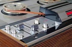 老开盘式的录音磁带播放机和记录器 免版税库存照片