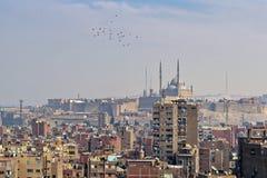 老开罗、埃及的埃及有老大厦的和城堡空中都市风景视图远的距离的 库存照片