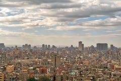 老开罗,有老大厦的埃及和远的距离的Ibn Tulun清真寺空中都市风景视图  库存照片
