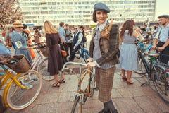 老式礼服的美丽的妇女有节日减速火箭的巡航的葡萄酒自行车等待的开始的 库存照片