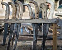 老引形钢锯手工制造使用大镰刀破旧的刀片  库存照片