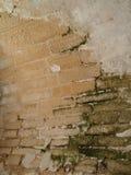 老弯曲的砖墙 免版税库存图片