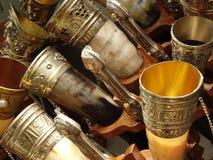 老弯曲的角制酒杯 免版税库存图片