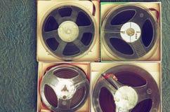 老录音磁带、开盘式的类型和箱子顶视图  免版税库存照片