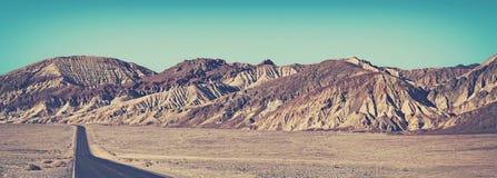 老影片传统化了沙漠路的全景图片 免版税库存图片