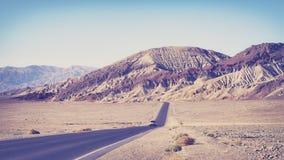 老影片传统化了沙漠路,旅行概念 免版税图库摄影