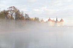 老德国城堡在镇静湖附近的秋天有雾的森林里 图库摄影