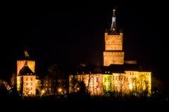 老德国城堡塔时钟宫殿在晚上 库存图片