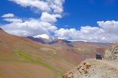 老德国葡萄酒campervan在陡峭的路在Paso Abra台尔Acay,萨尔塔,阿根廷 免版税图库摄影