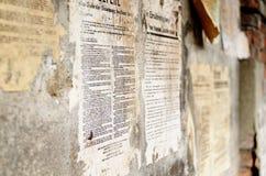老德语损坏了海报在墙壁上的报纸新闻 免版税库存照片