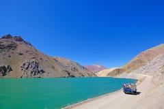 老德语campervan沿拉古纳阿瓜Negra湖对Paso Agua De内格拉,在骆马,智利附近的Elqui谷 免版税库存照片