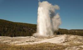 老忠实的喷泉,黄石公园, WY,美国 免版税库存图片