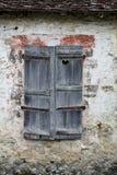 老快门石墙视窗 免版税图库摄影